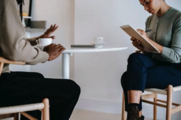 Ce sunt și cui i se potrivesc serviciile psihologice online?